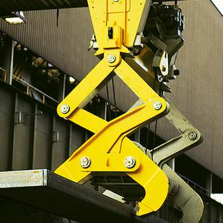 Scissor-type mechanical double ingot tong with motorised adjustment of gripping width
